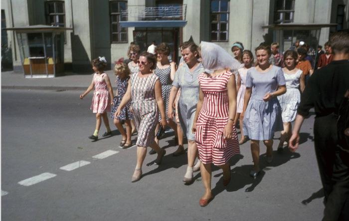 Пешеходный переход по улице Ленина и Карла Маркса, на заднем плане старое здание Нархоза.