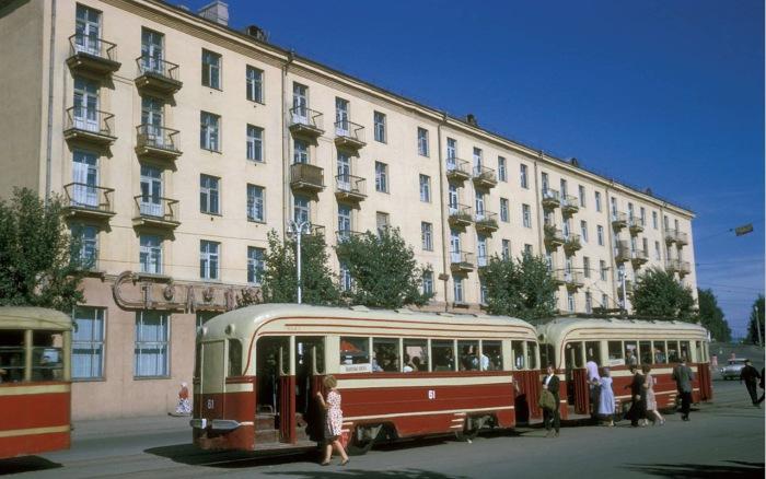 Остановка трамвая в последствие перенесенная за угол на улицу Тимирязева.