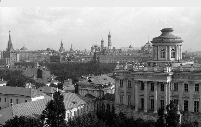 Панорама из дома №8 по улице Знаменка с видом на Пашков дом. Фото: William Osgood Field.