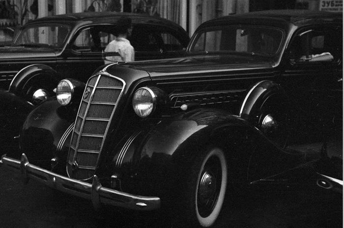Автомобили ЗИС, производимые в Советском Союзе.