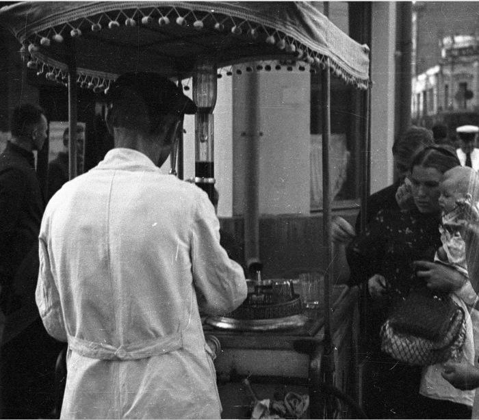 Мужчина продающий газированные напитки на улице.