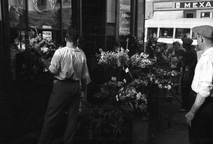 Продажа цветов на углу Петровки и Столешникова. СССР, Москва, 1939 год.