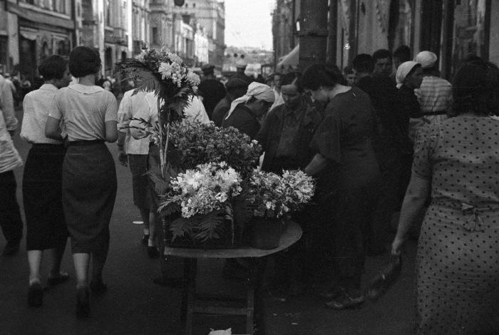 Продажа цветов на улице Петровка в Москве.