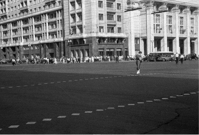 Женщина, переходящая дорогу в положенном месте.