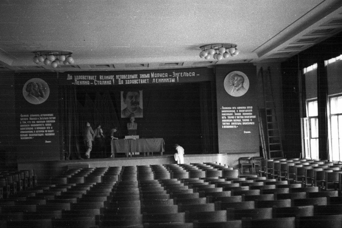 Актовый зал в одной из Московских школ.