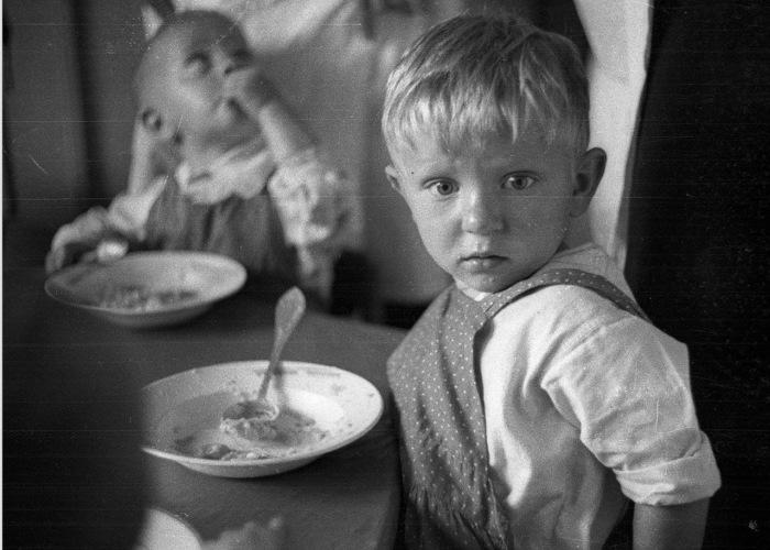 Дети во время обеда в детском саду.
