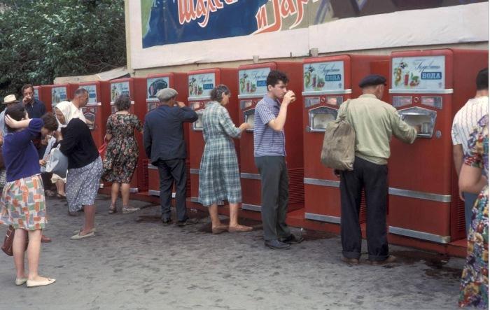 Автоматы для продажи газированных напитков на площади Революции. СССР, Москва, 1959 год.