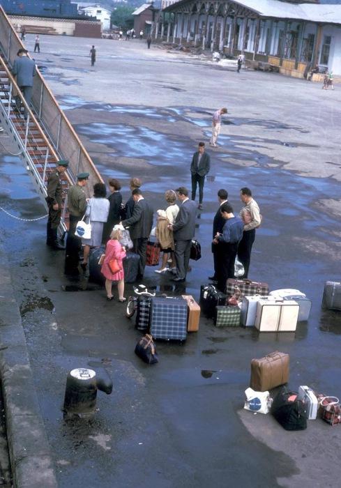 Проверка билетов во время посадки пассажиров на корабль в порту.