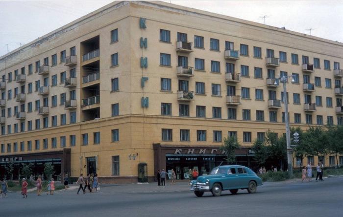 Большой книжный магазин на углу дома.  СССР, Хабаровск, 1964 год.