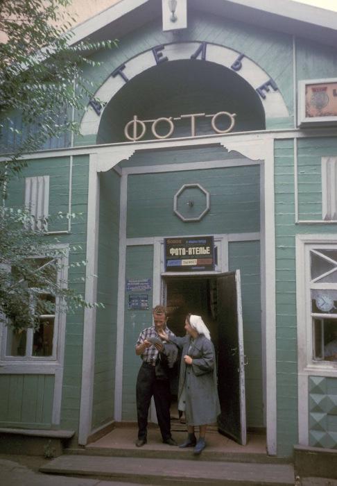 Клиенты стоящие на пороге фотоателье. СССР, Хабаровск, 1964 год.