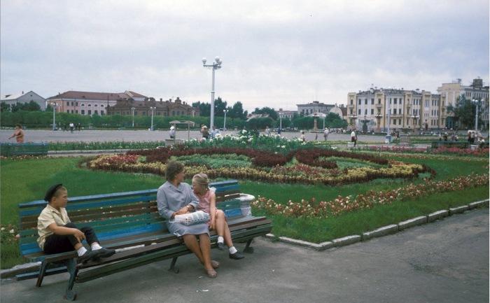 Люди, сидящие на лавочке на центральной городской площади имени Ленина. СССР, Хабаровск, 1964 год.