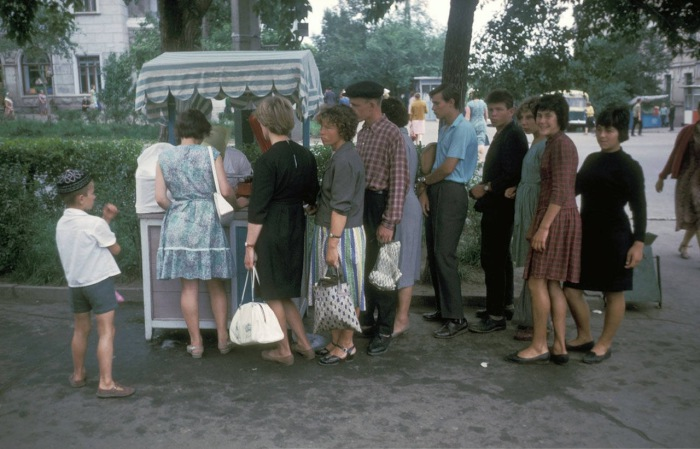 Большая очередь за мороженым в парке. СССР, Хабаровск, 1964 год.