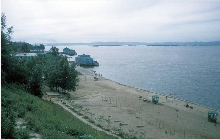 Вид на пустующий пляжи на реке Амур. СССР, Хабаровск, 1964 год.