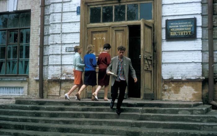 Студенты у входа в один из корпусов государственного медицинского института.  СССР, Хабаровск, 1964 год.