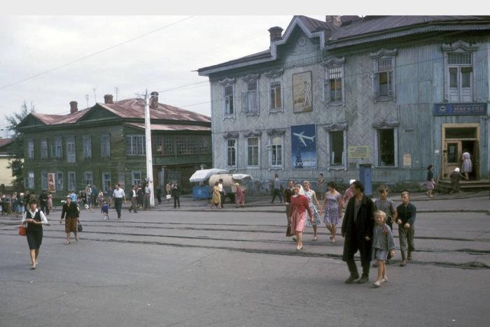 Люди, переходящие дорогу. СССР, Хабаровск, 1964 год.