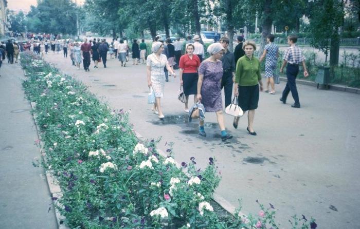 Люди, идущие на работу. СССР, Хабаровск, 1964 год.