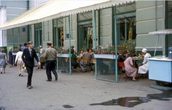 Люди, обедающие в уличном кафе.  СССР, Хабаровск, 1964 год.