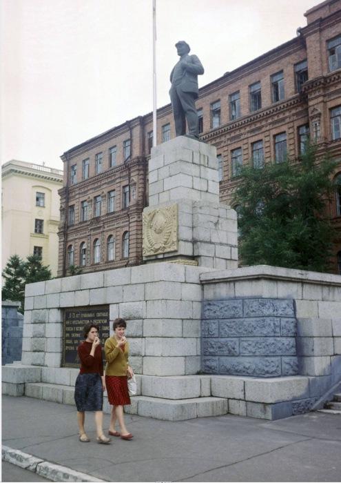 Две женщины, идущие возле памятника Ленину. СССР, Хабаровск, 1964 год.