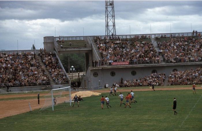 Футбольный матч на городском стадионе в Алма-Ата.
