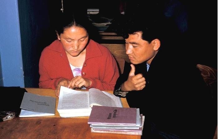 Студенты в университетской библиотеке.