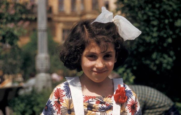 Девушка позирует перед камерой. Тбилиси, 1964 год.