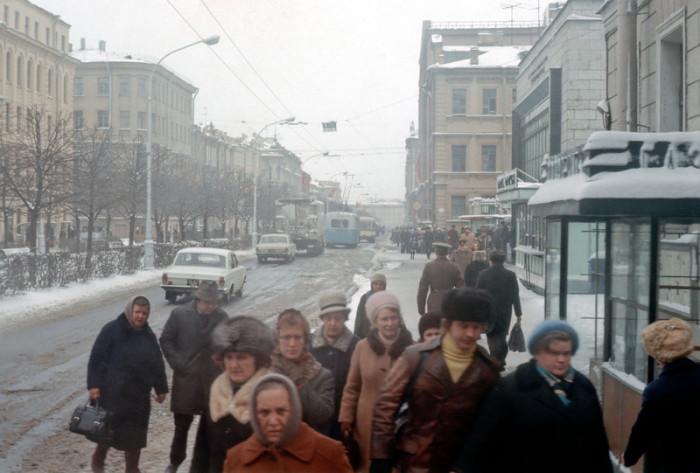 Люди, идущие по своим делам зимой 1976-го года.