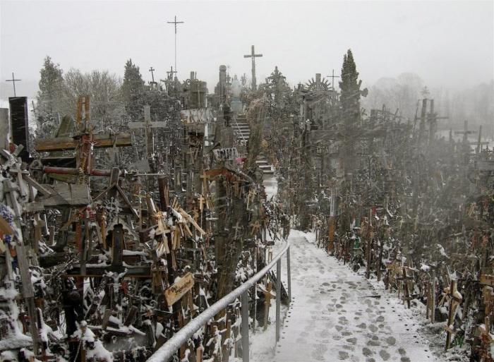 Гора Крестов - святыня в Литве, место паломничества. Расположена в 12 километрах от города Шяуляй на дороге Калининград - Рига.