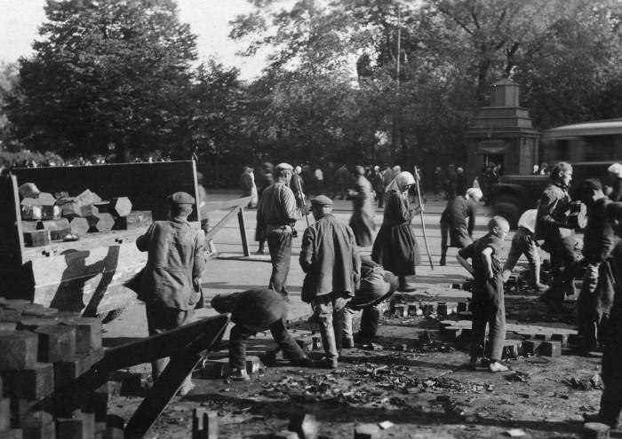 Укладка брусчатки на одной из улиц в Москве. СССР, 1935 год.