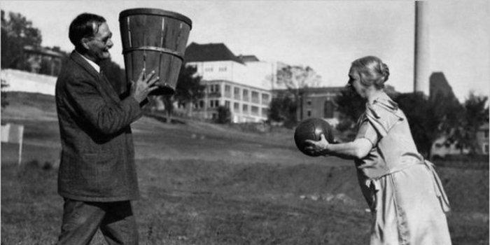 Джеймс Нейсмит, создатель баскетбола, играет со своей женой.