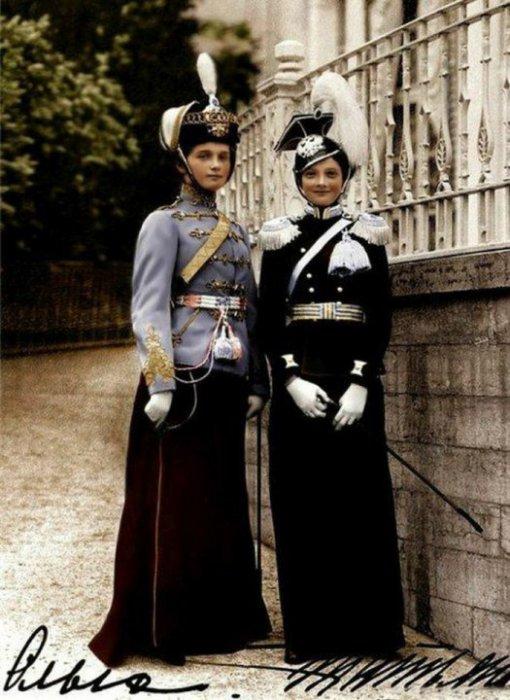 Великие княжны Ольга и Татьяна Романовы в парадных мундирах. Россия, 1913 год.