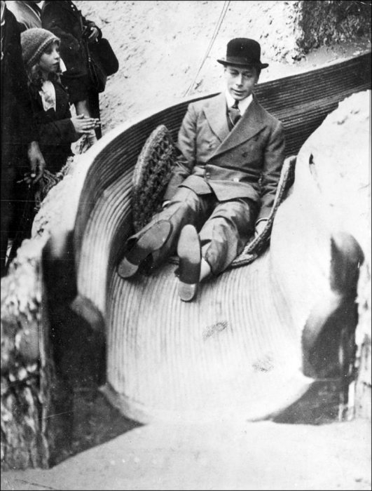 Король Великобритании Георг VI, катающийся на горке. 1938 год.