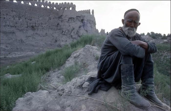 Пастух за пределами старых городских стен.