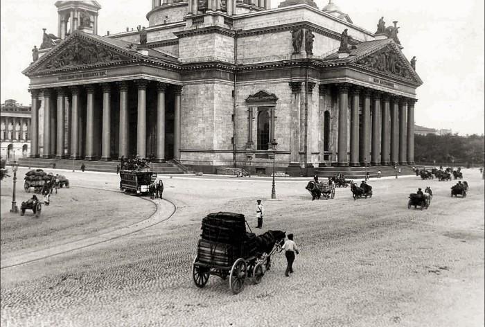 Вид на Исаакиевский собор со стороны Александровского сада в 1900 году.