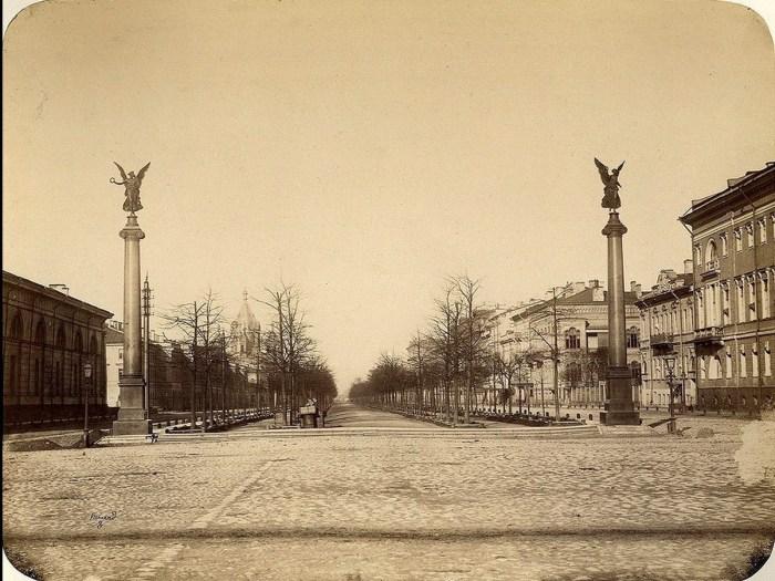 Статуи на Конногвардейском бульваре в 1858 году.