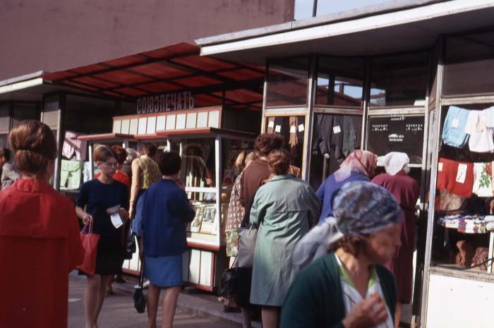 Торговые киоски, стоящие на улице Урицкого. СССР, 1969 год.