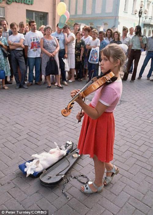 Девочка, играющая на скрипке по среди улицы. СССР, Москва, 1991 год.