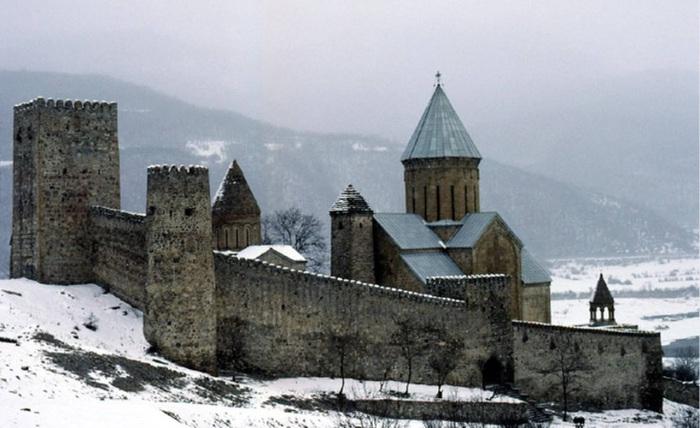 Крепость Ананури, расположенная в 70 км от Тбилиси.
