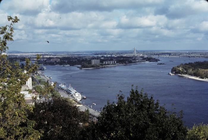 Вид на Днепр с крутого западного берега.