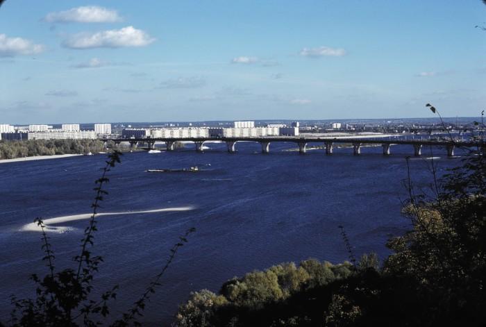 Мост имени Патона, вид на юго-восток и новые районы на восточном берегу Киева.