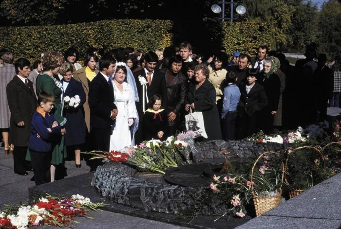 Традиционный ритуал возложения цветов к могиле Неизвестного солдата.
