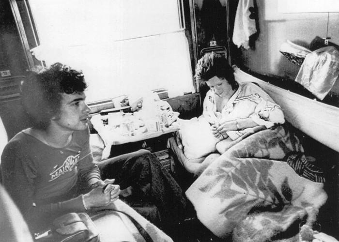 Дэвид Боуи и Джеф МакКормак отдыхающие в своем купе во время долгого путешествия по Транссибу.