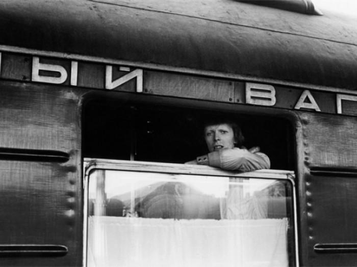 Дэвид Боуи выглядывающий из окна вагона во время путешествия по Транссибу.