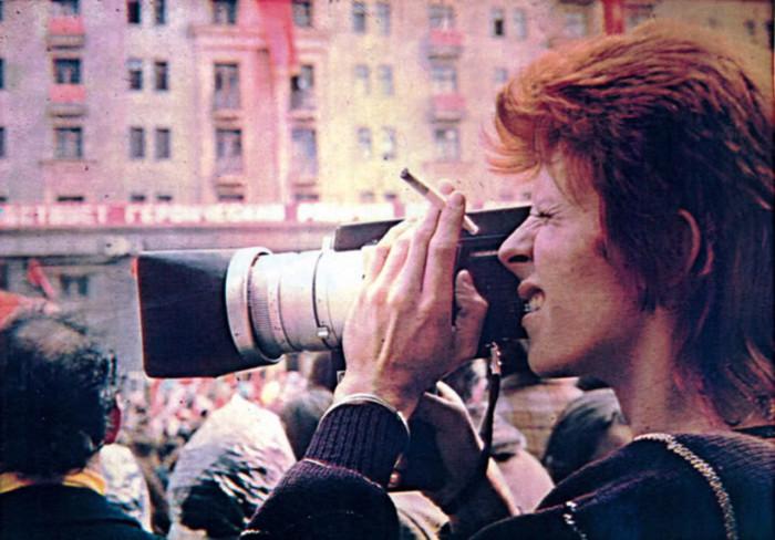 Дэвид Боуи фотографирует события во время первомайского парада в Москве.