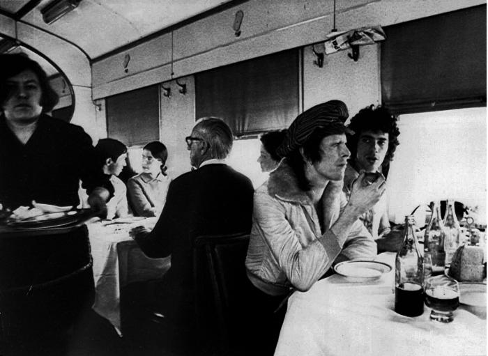 Дэвид Боуи и Джеф МакКормак в вагоне-ресторане во время путешествия по Транссибу