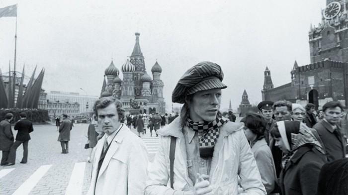 Дэвид Боуи гуляющий на Красной площади.