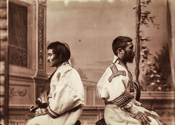 Антропометрический снимок двух айнов в студии.