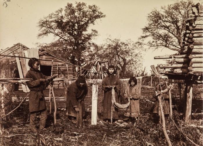 Женщины очищающие крапивные волокна для дальнейшей обработки.