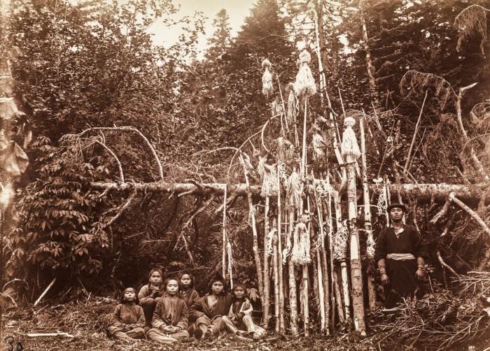 На медвежьем празднике айнов - вынесения костей медведя.