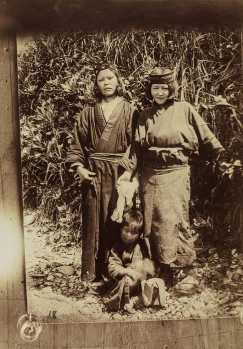 Две женщины с ребенком.