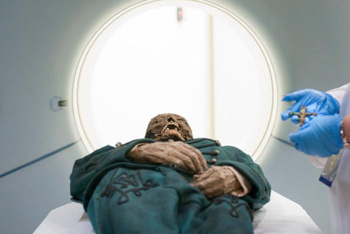 Мумия Михаила Орловица выезжает из томографа в медицинском центре Седарс-Синаи в Лос-Анджелесе.
